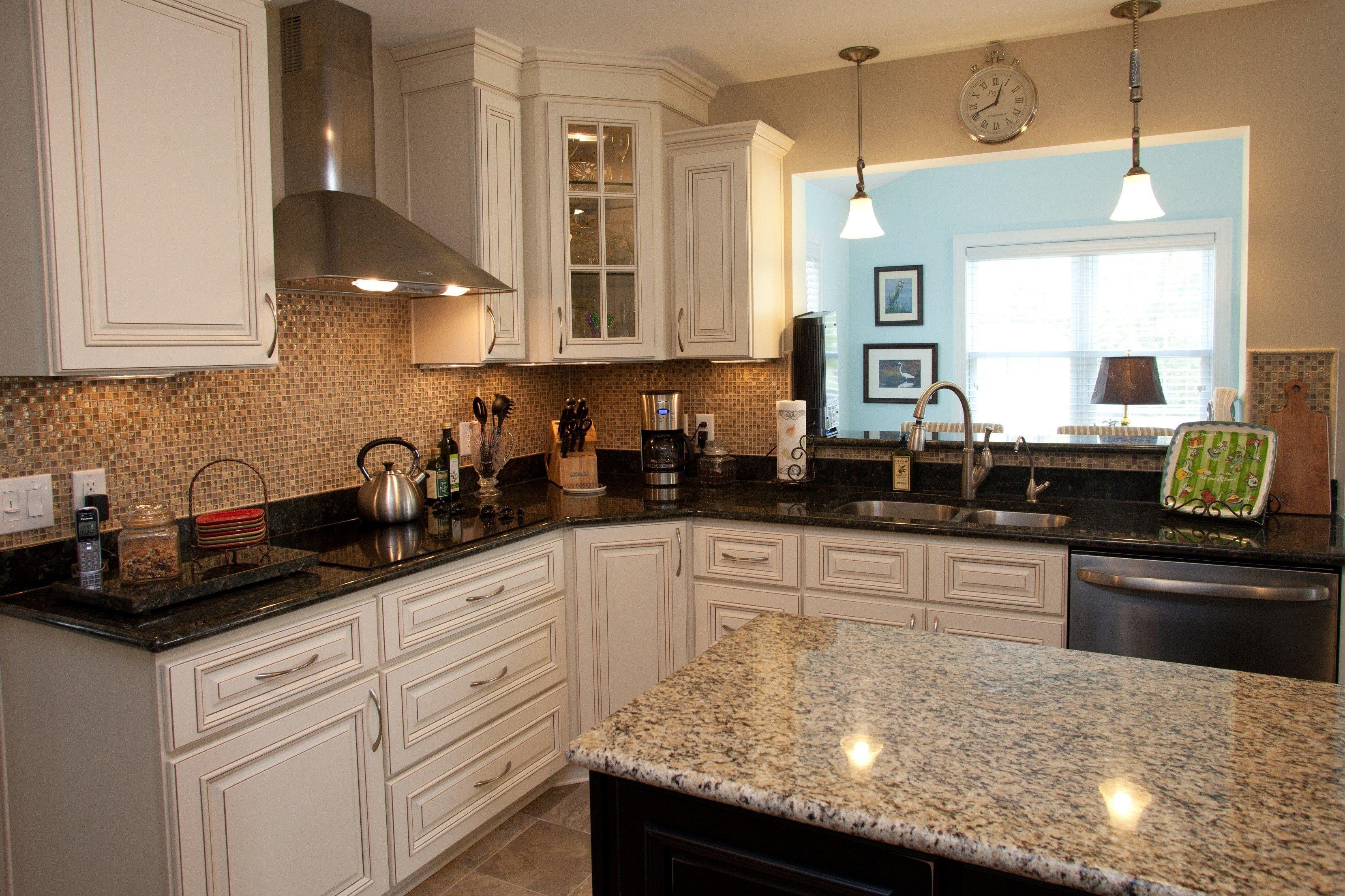 Schone Weisse Shaker Kuche Kabinette Und Enthalt Schwarze Glanz Granit Abbi Beautiful Kitchen Cabinets Kitchen Countertops Granite Colors Kitchen Cabinet Design