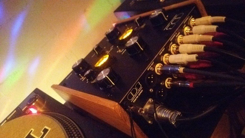 Compact Disco Soundsystem - wood panel sides. Wood is good!