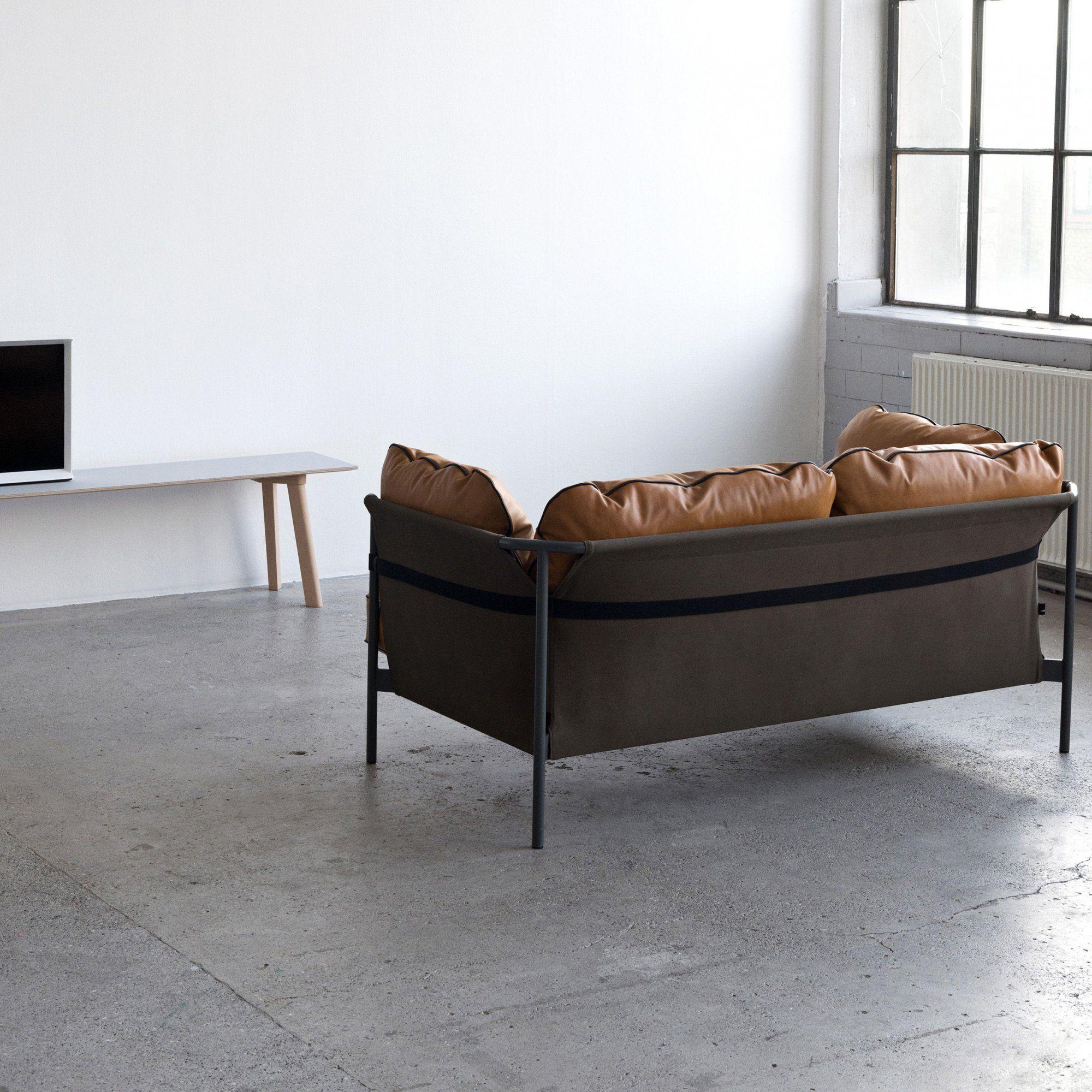un petit canap au look urbain hay droit deux places avec coussins d 39 asisse en cuir camel pour. Black Bedroom Furniture Sets. Home Design Ideas