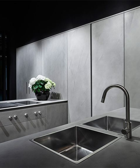 tendance métal et ciment tout en gris dans cette cuisine sobre et
