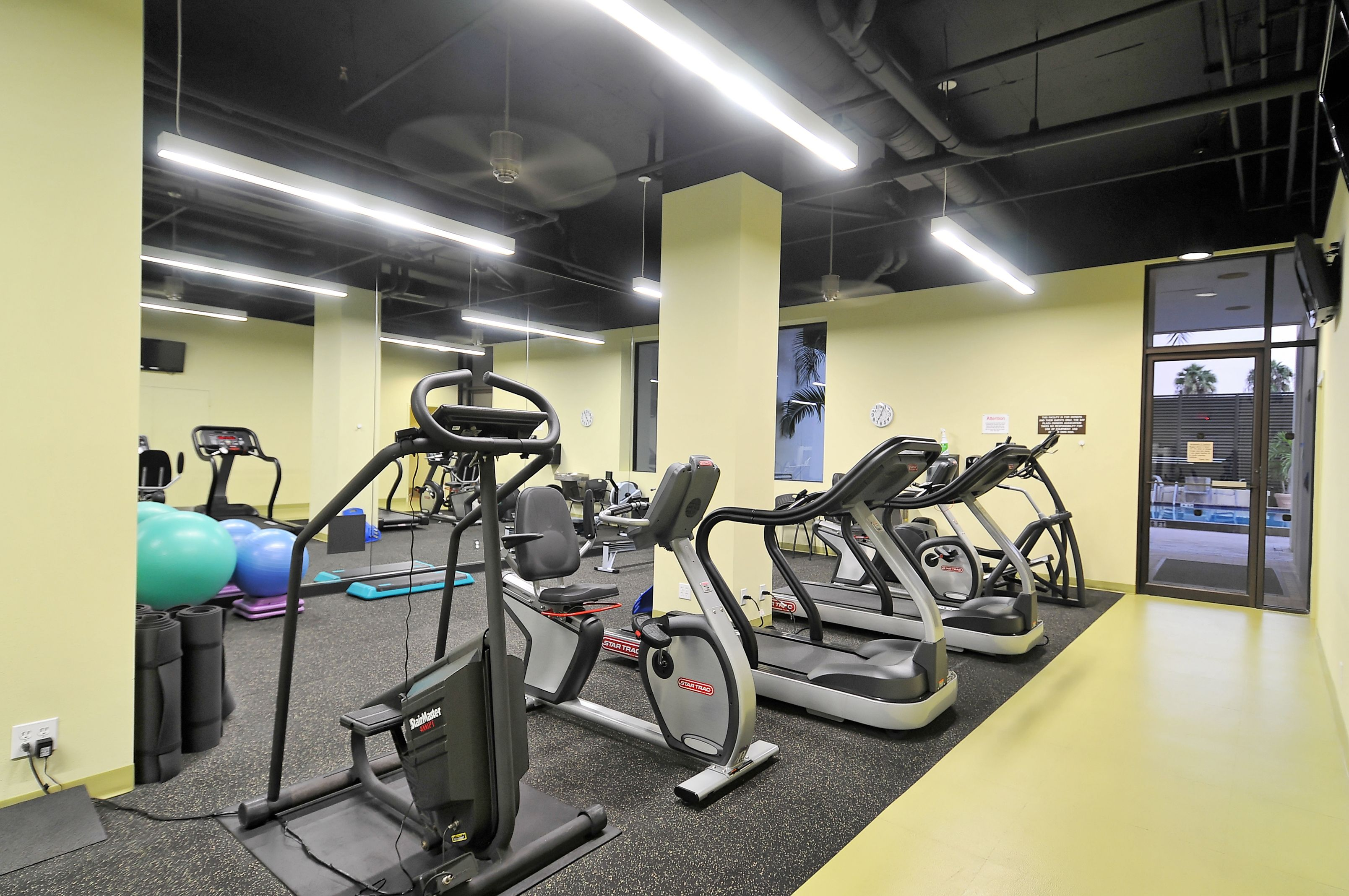 Exercise room at Bay Plaza