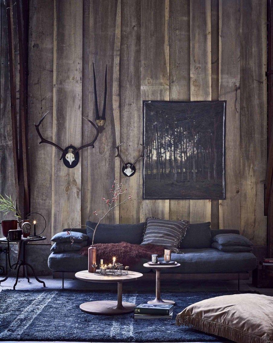 Houten lodge met blauwe bank | Wooden lodge with blue couch | vtwonen 12-2017 | Fotografie Jeroen van der Spek | Styling Cleo Scheulderman