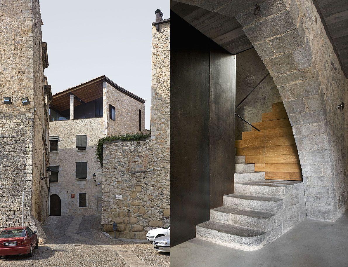 La arquitecta Anna Noguera ha realizado la rehabilitación de un edificio situado en la parte antigua de Girona, frente a una de las puertas de su muralla, dicho edificio data del S. XVI y ha sido reformado varias veces modificando su volumetría original. #arquitectura #interior #rehabilitacion #reforma #design