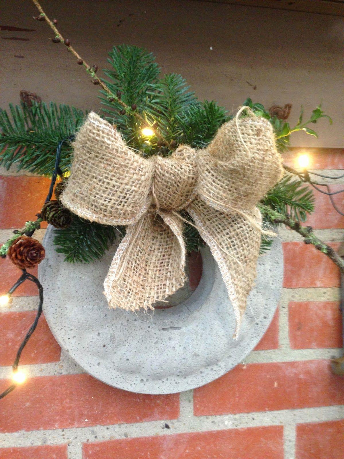 Fru Pedersens have: Rustik betonkrans med julelook.