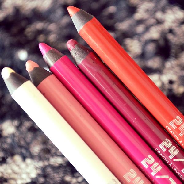 24/7 Glide-On Lip Pencil da Urban Decay é um delineador de lábios de longa duração e à prova de água que desliza suavemente.  Hidrata e nutre os lábios com vitamina E, óleo de jojoba e óleo de semente de algodão!  #urbandecay #lippencil #beauty #lips #pencil #makeup #maquilhagem #maquiagem #beautyblogger