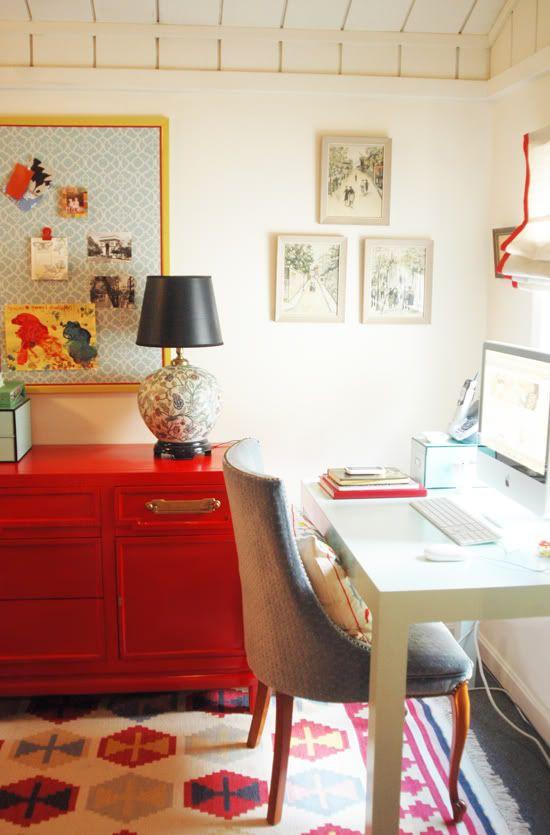 Este é um escritório em casa incrível - amo o console vermelho para o armazenamento