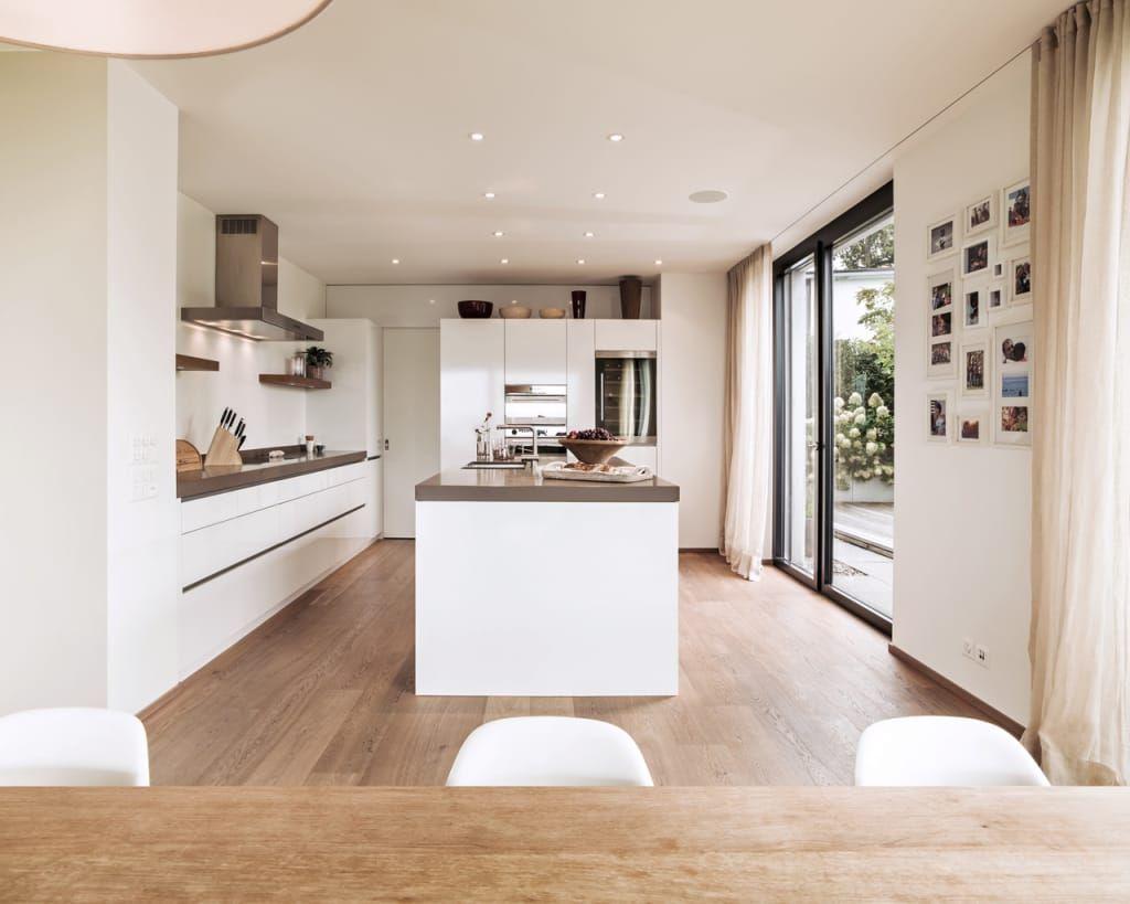 Offene Küche im Holzhaus mit bodentiefen Fenster … | Pinteres…
