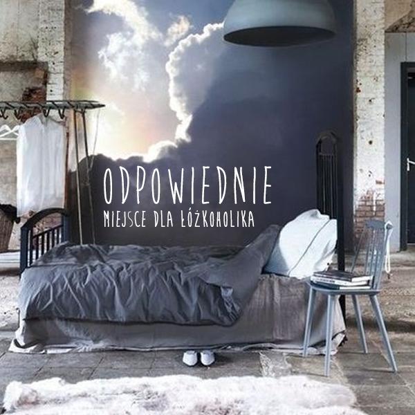 Elegancka pościel to nie wszystko. W tym przypadku to właśnie tapeta tworzy niezwykle zmysłowy klimat tego wnętrza. A jak wygląda Wasza sypialnia?