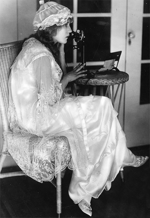 Mary Pickford in her Los Angeles home, 1918. in 2020 (With