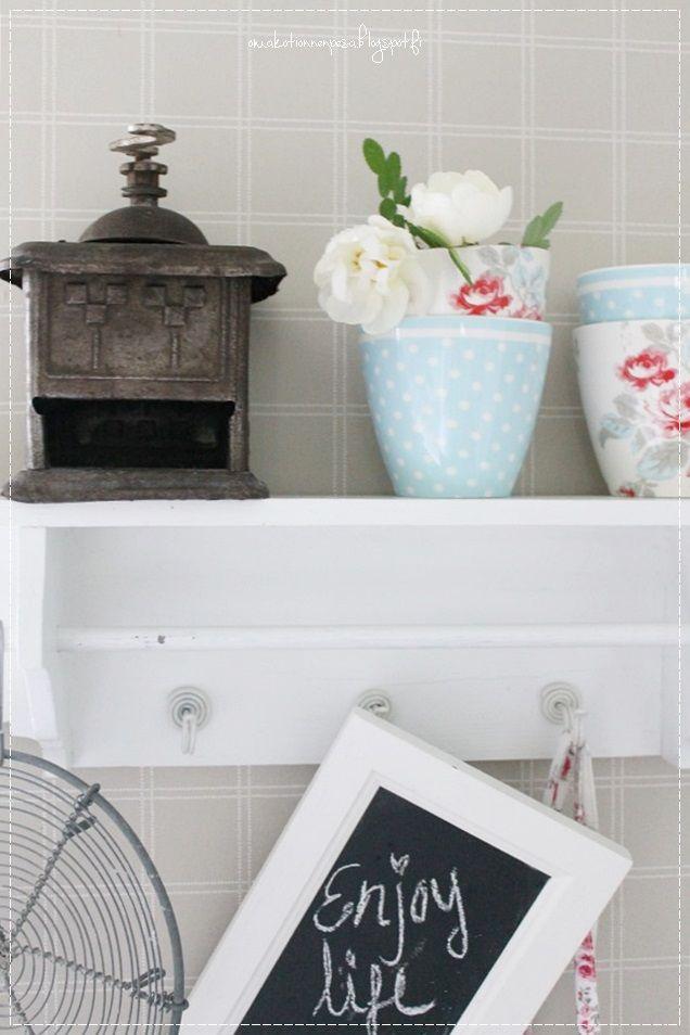 maalaisromanttinen koti, maalaisromanttinen keittiö, keittiön sisustus, vaalea koti, kesäkoti, lumipalloheisi, valokuvaus, juhannusruusu, greengate latte,