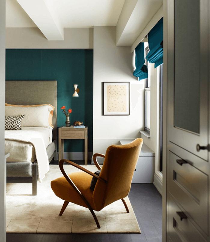 idee deco chambre adulte bleu canard et ptrole tapis blanc cass lit gris linge de lit blanc chaise jaune moutarde mur de fond et stores bleus