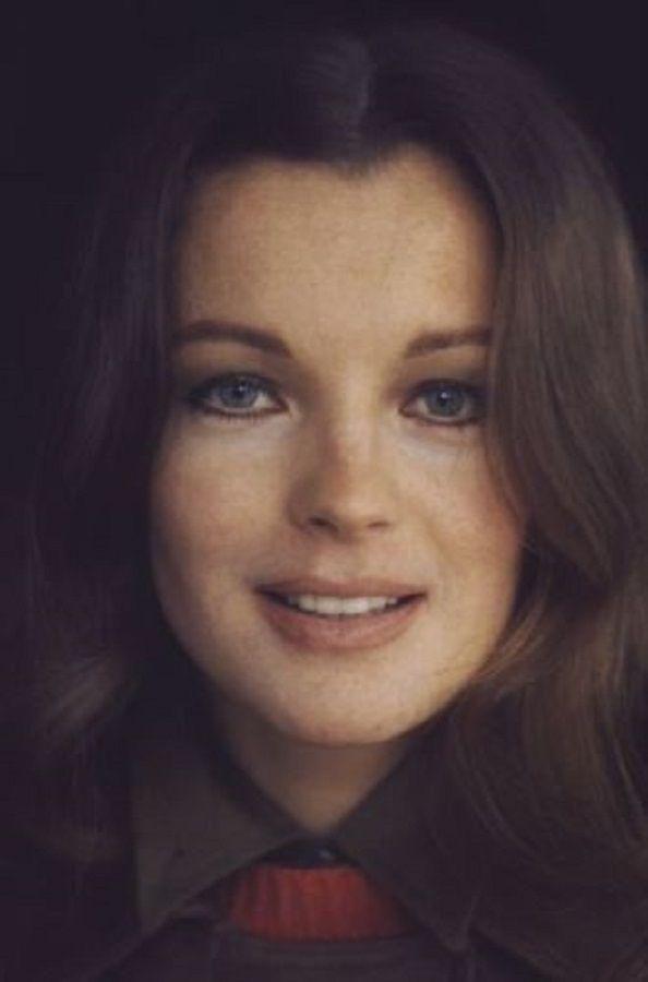 Romy era bella, esbelta, ojos azules, pelo castaño claro. Tenía encanto ... y una gracia fugitiva, que conquistaba.