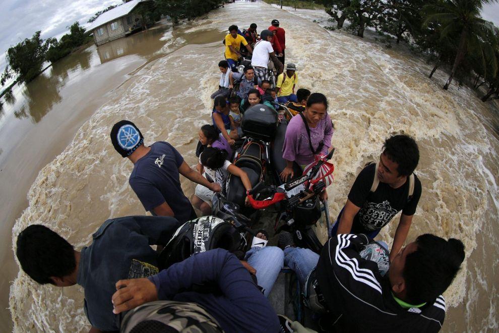 Abitanti di un villaggio delle #Filippine evacuati su un mezzo agricolo nella provincia di Tarlac, a Sud di #Manila. Migliaia di persone hanno dovuto abbandonare le loro case a causa del tifone che ha colpito il Paese, uccidendo almeno 12 persone. (© Ansa)