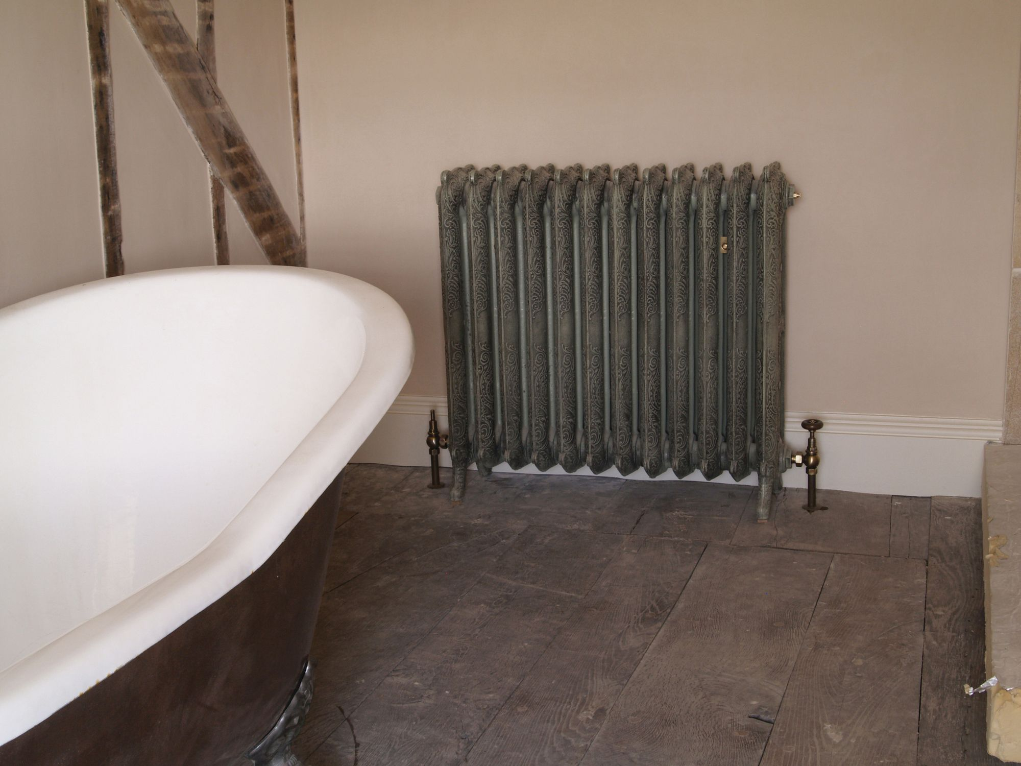 How great does the Rococo radiator look in an Antique French Grey finish? The old floorboards are a great compliment to the cast iron style!  We can help you create this look with this exact radiator (message us with sizes for a quote), also with the variety of reclaimed flooring we have in our yard!