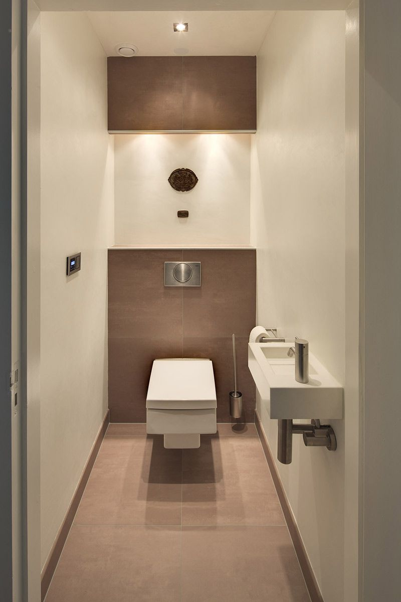 Deze warme en luxe badkamer is ingericht met badkamermeubels van ...