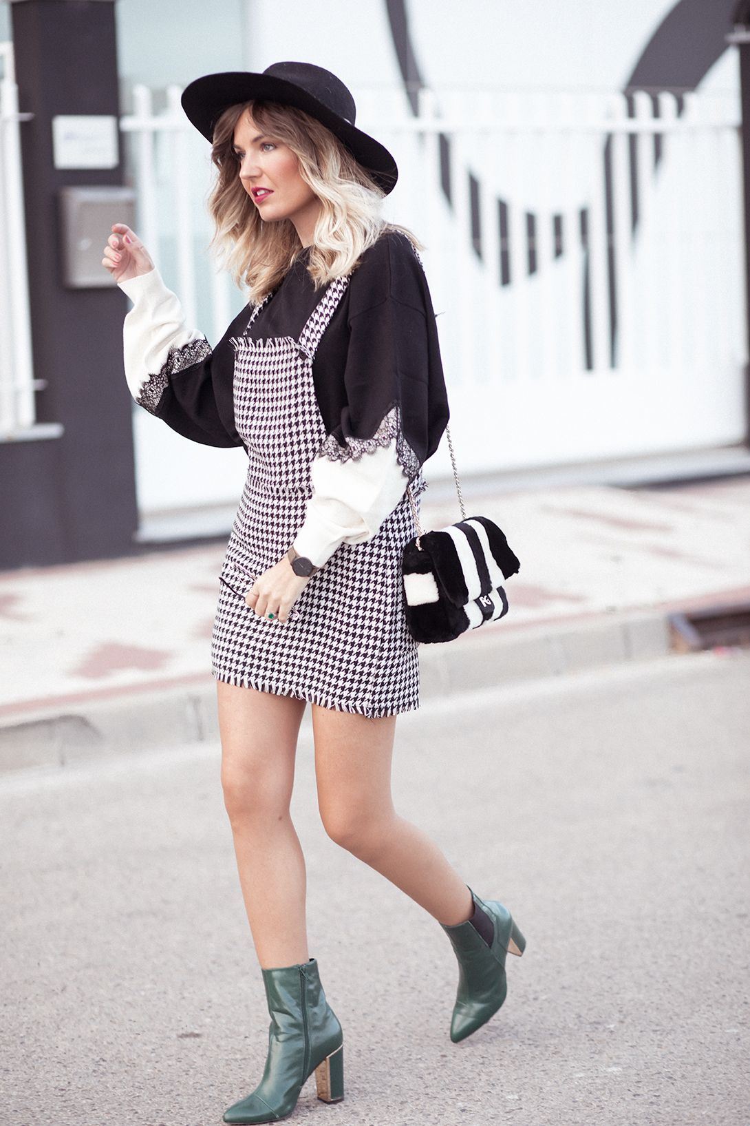 862810dadbc Black and white sweatshirt+houndstooth overall- dress+dark green heeled  boots+black and white fur chain shoulder bag+black hat. Fall Casual Outfit  2017