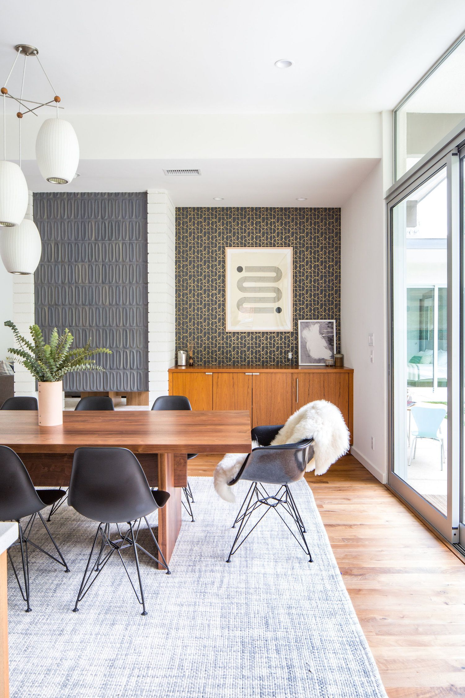An Organic Midcentury Modern Dining Room By La Designer Natalie Myers Dwellingcollective Mode Mcm Dining Room Modern Dining Room Dining Room Design Modern