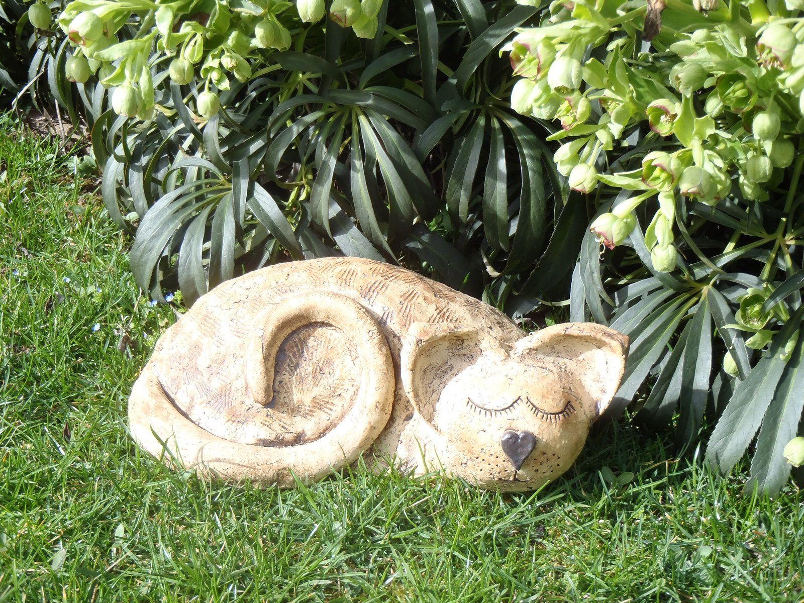 Číča spinká Keramická kočka vhodná na dekoraci jak doma tak i venku. Krásná je na parapetu , nebo v zahradě. Velikost 33 cm