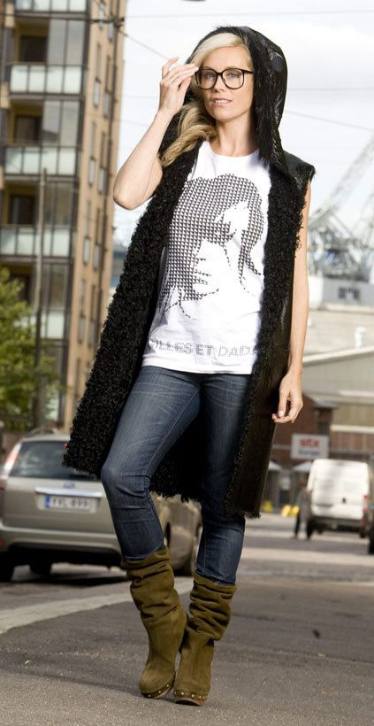 Love that combo of green boots, skinny jeans & white, loose T-shirt. Anne Kukkohovi,