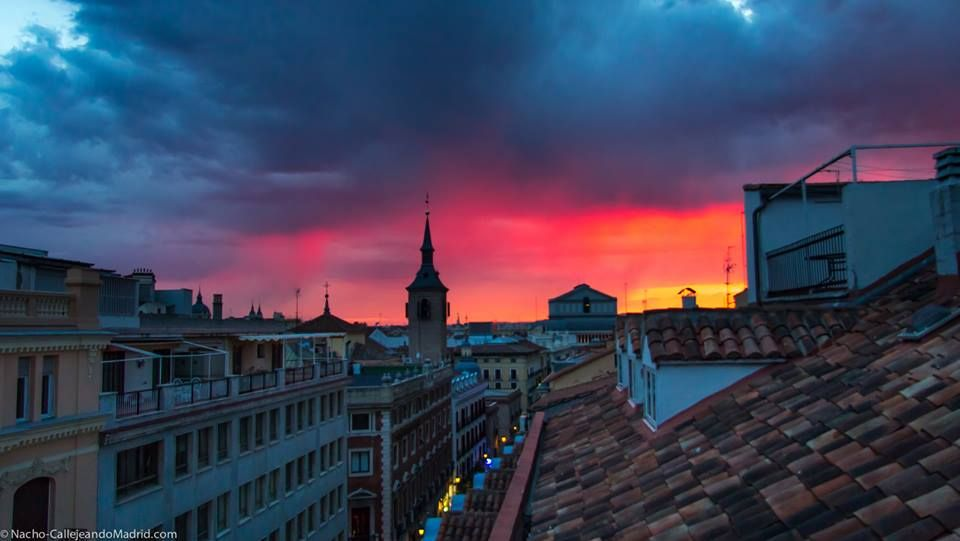 Resultado de imagen de puesta de sol sobre tejados