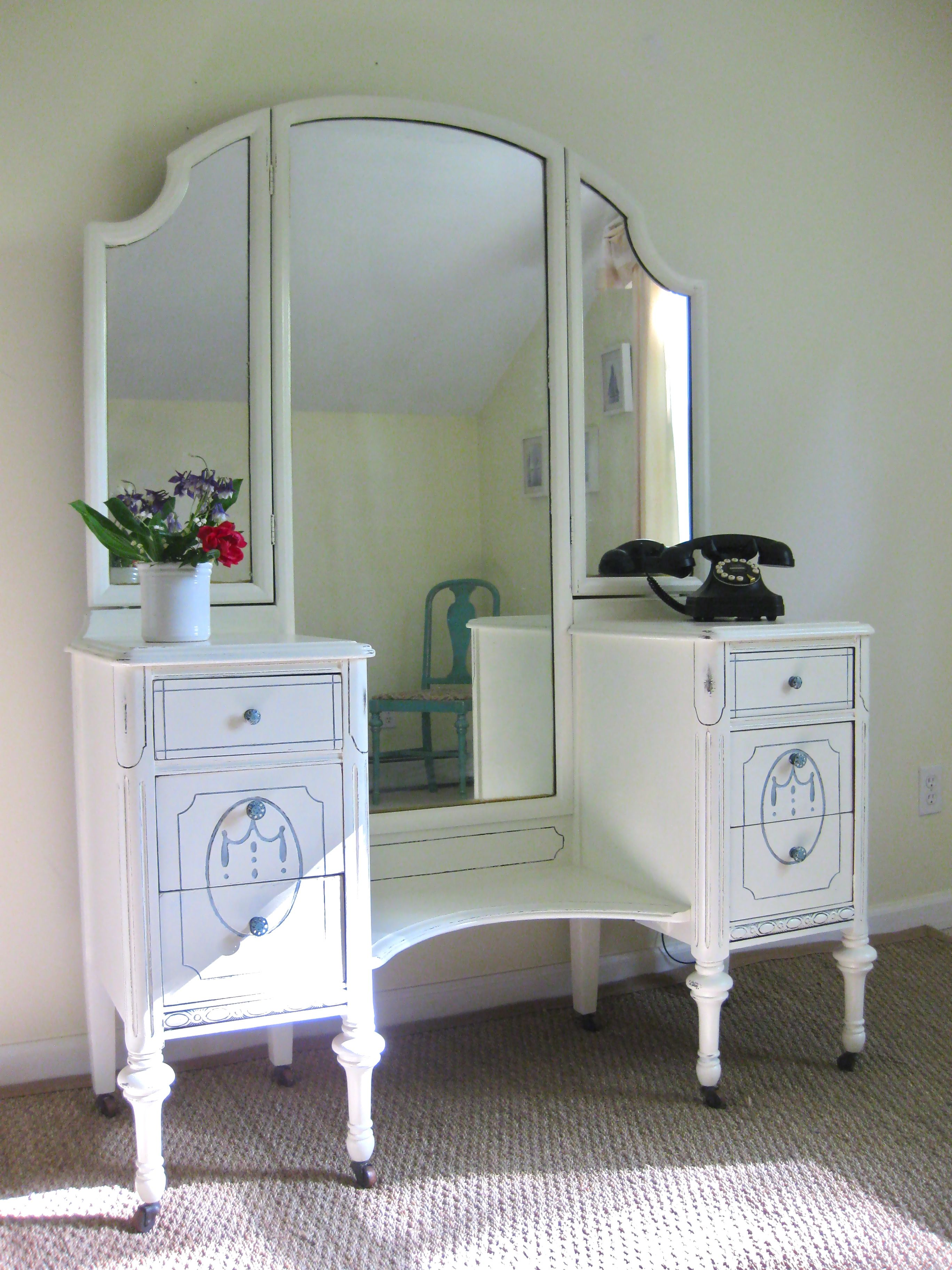 Antique vanité / dressing table. Painted antique white and