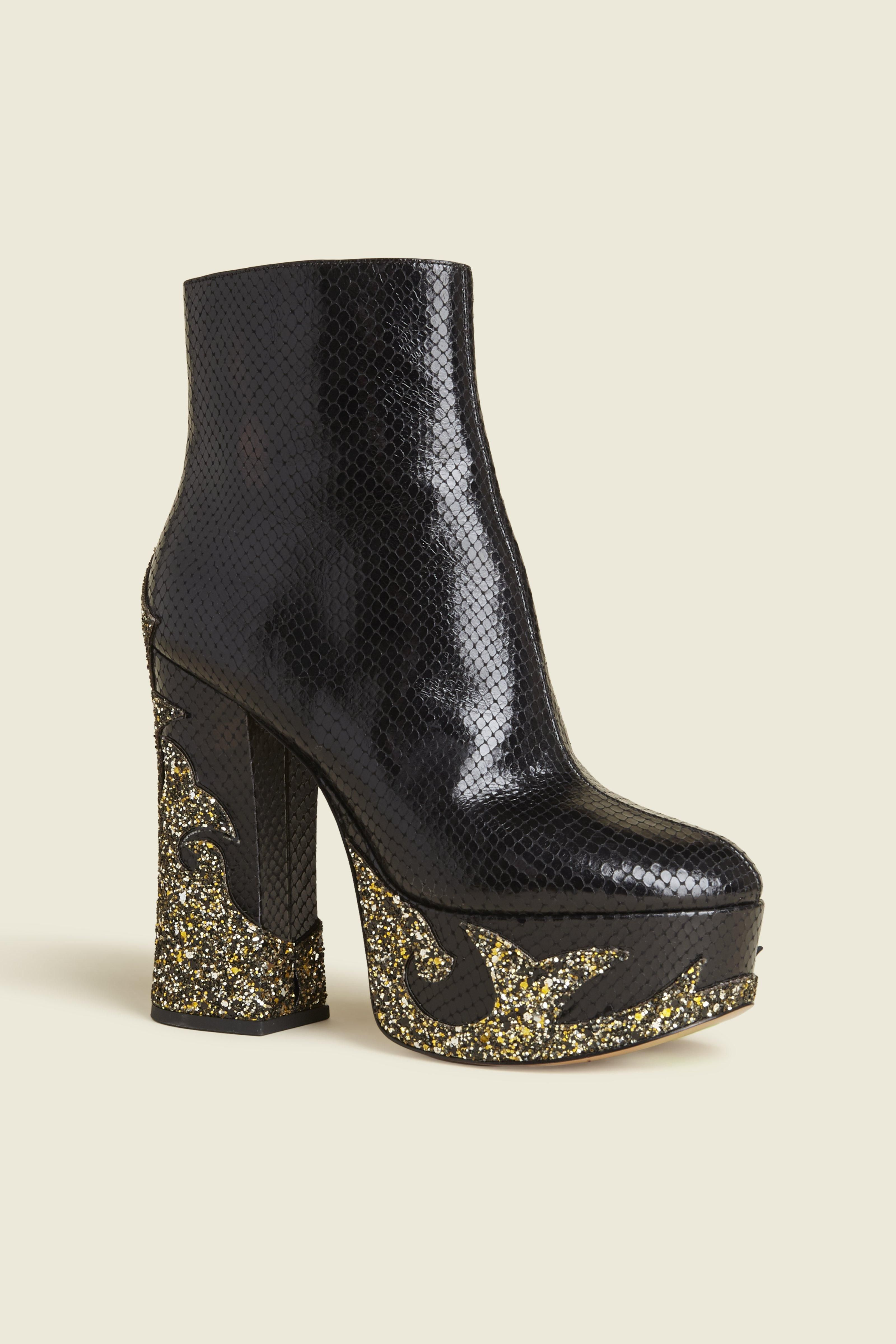 MARC JACOBS Stasha Platform Boot.  marcjacobs  shoes   Marc Jacobs Shoes,  Chunky fe99eded63a6