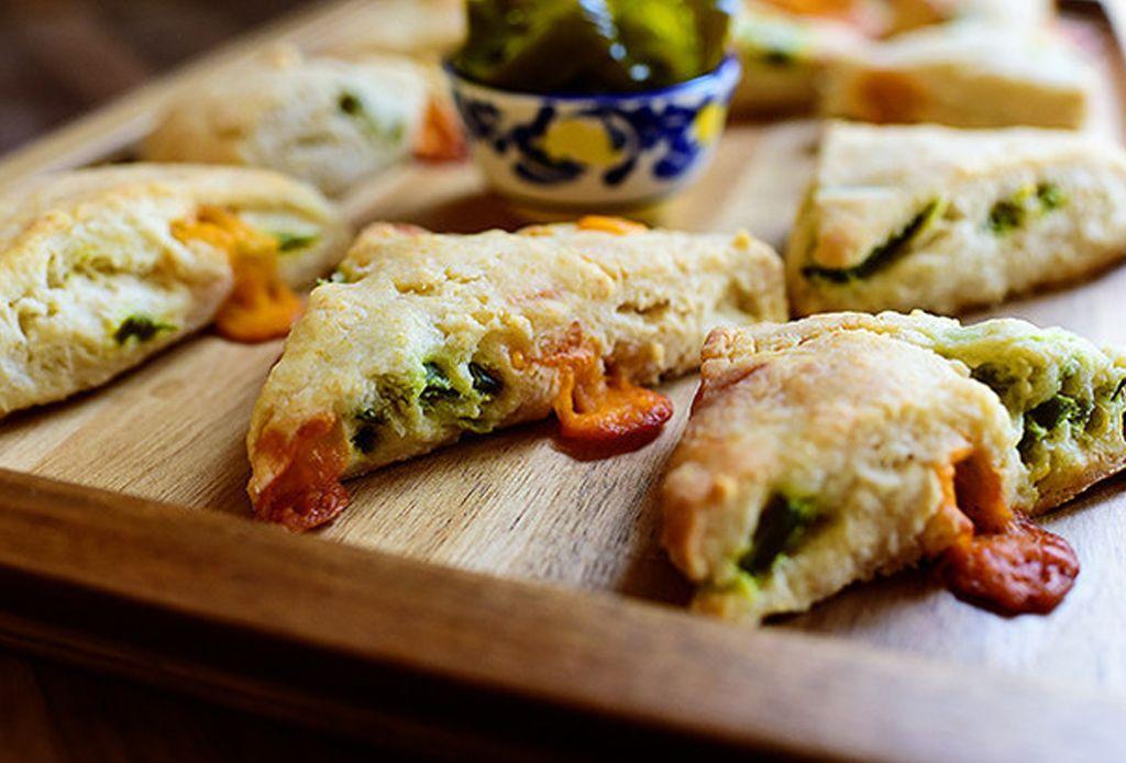 Cocina scones de cheddar y jalapeño