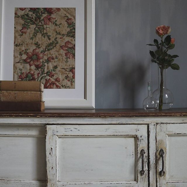 Sunday Interiors ♡ grey walls, vintage pieces, textiles & fresh roses...