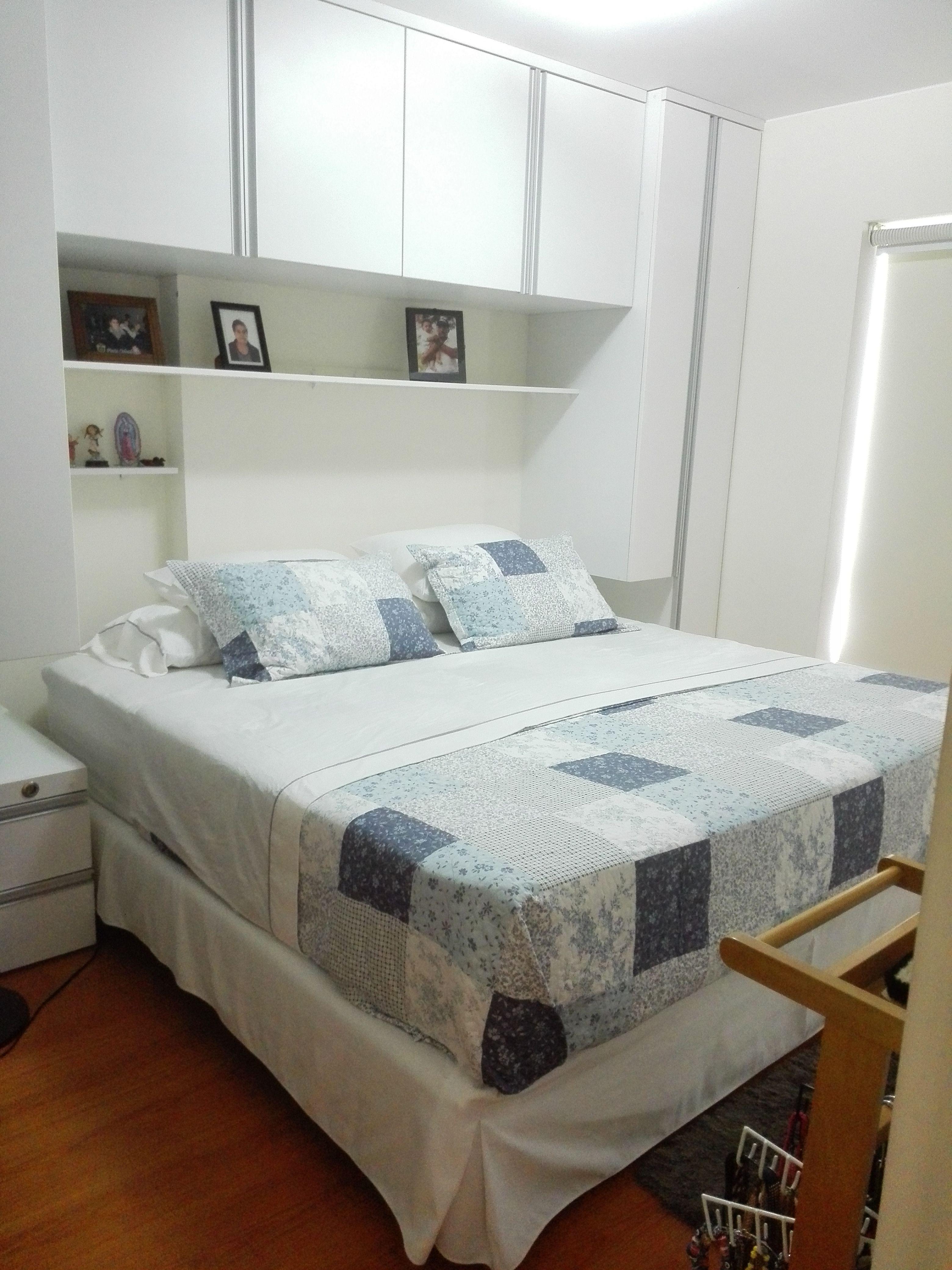 Habitacion peque a con cama king side y ropero de cabecera for Muebles pequenos para casas pequenas
