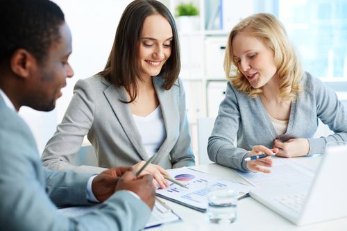 As diferenças entre o marketing direto e o marketing de relacionamento: http://blog.crmzen.com.br/post/91763361931/as-diferencas-entre-o-marketing-direto-e-o-marketing-de