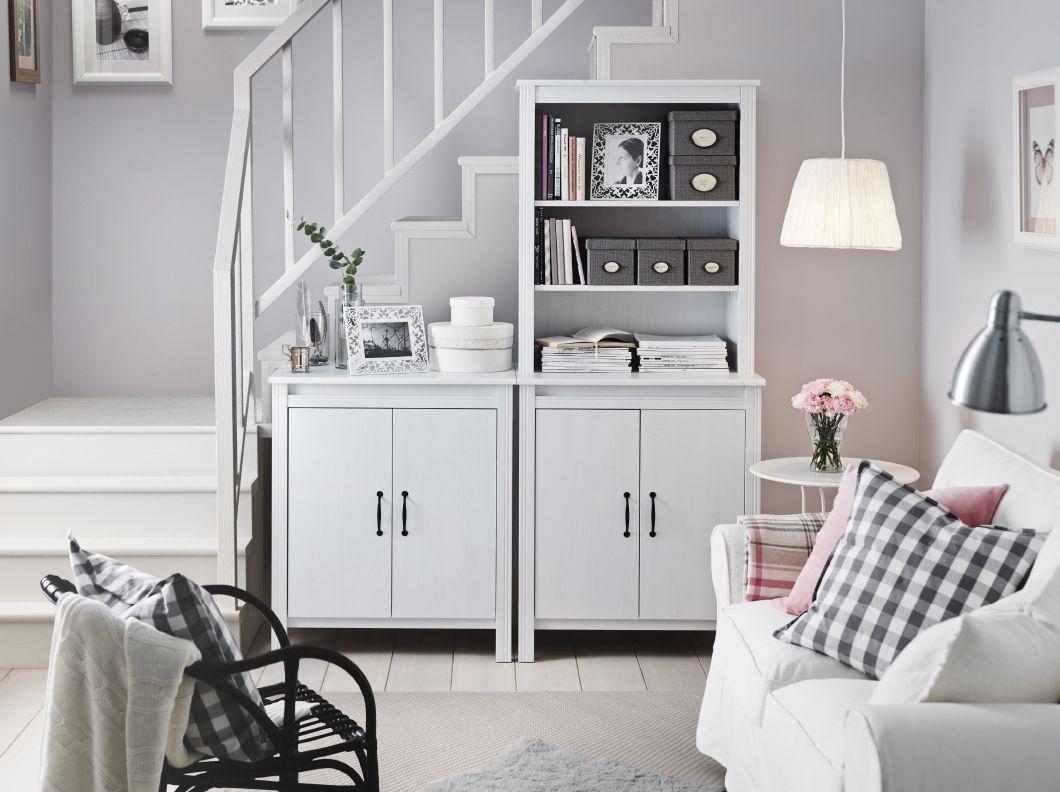 Doppelflügeltür Wohnzimmer ~ Ein helles wohnzimmer mit brusali hochschrank mit tür in weiß und