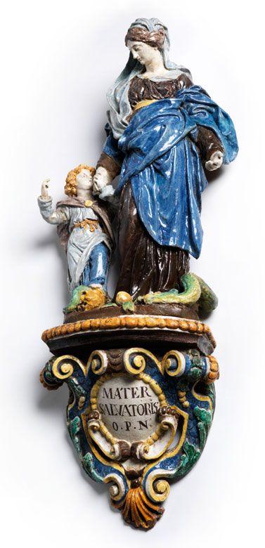 Figurengruppe mit Darstellung von Maria mit dem Jesusknaben, der mit dem rechten Zeigefinger nach oben weist, sein linker Fuß auf dem Schädel Adams ruhend. ...