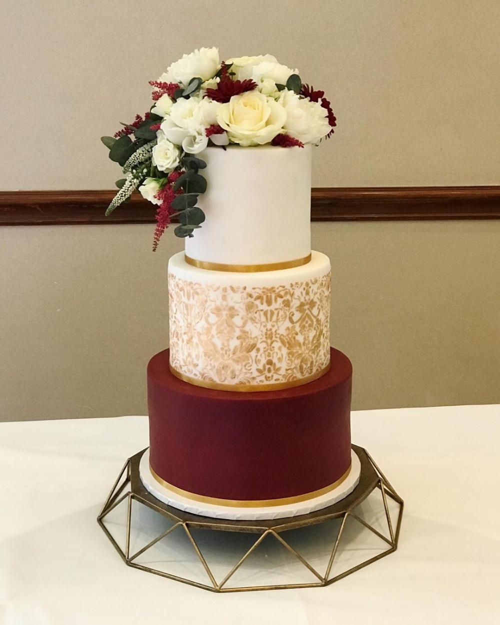 Indian Style Wedding Cake Burgundy Wedding Cake Burgundy And Gold Cake Burgundy Wedding Cake Wedding Cake Burgundy Gold Wedding Cake Red