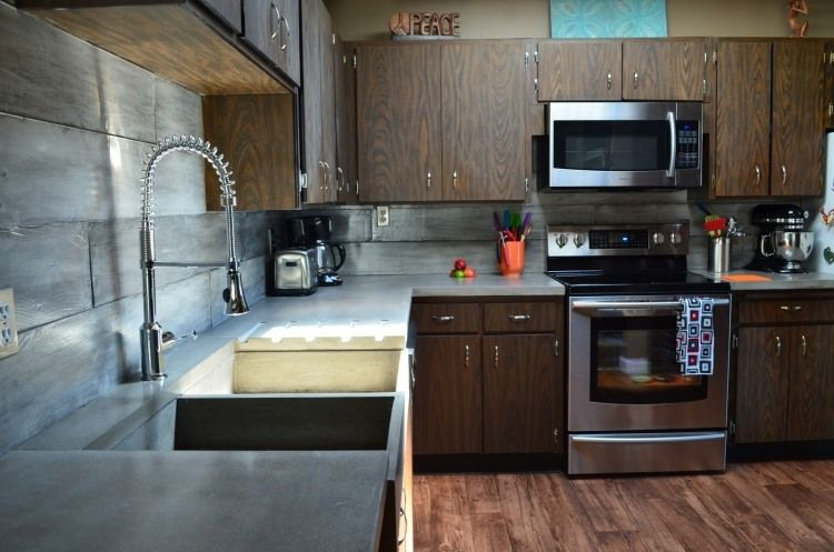 moderne Küche in dunklen Farben mit Küchenfronten in Holzoptik ...