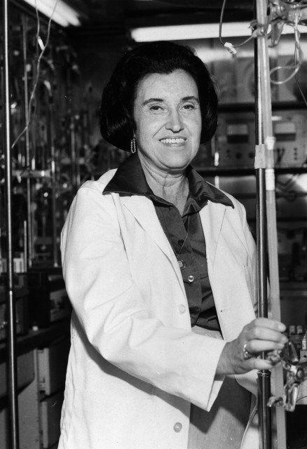 Rosalyn Sussman Yalow (1921-2011) estudió Física e ingresó al Servicio de Medicina Nuclear del Hospital de Veteranos del Bronx.  En 1977 se hizo acreedora, junto a R. Guillemin y A.V. Schally, del Nobel de Medicina por sus investigaciones sobre las hormonas peptídicas y sus avances en el diagnóstico y tratamiento de enfermedades de la tiroides, diabetes, tensión alta, esterilidad y problemas con el crecimiento. Además desarrolló la técnica de ensayo radioinmunológico.