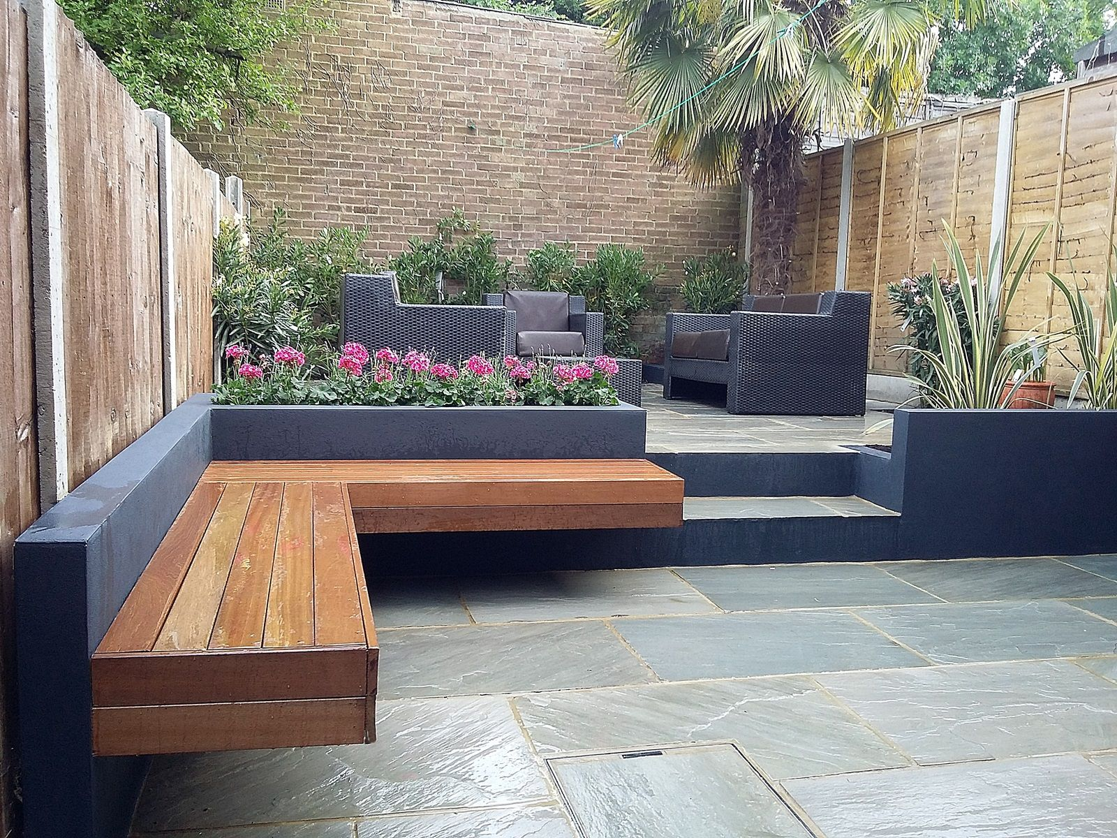 Modern garden design modern garden design london natural for Paving ideas for small gardens