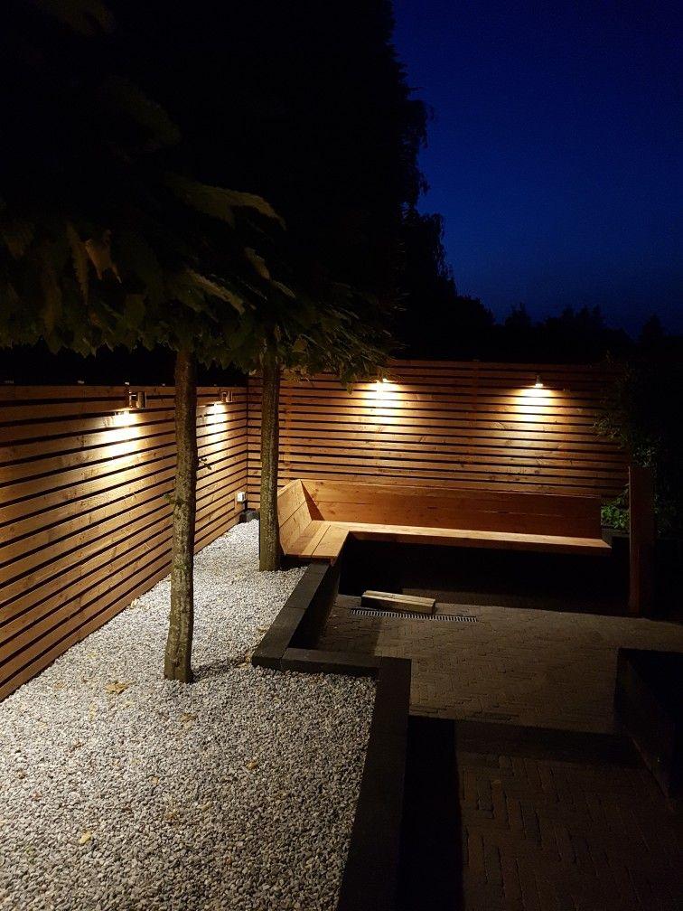 Strakke tuin met led verlichting aan de wand.. Larikshout, icy blue ...