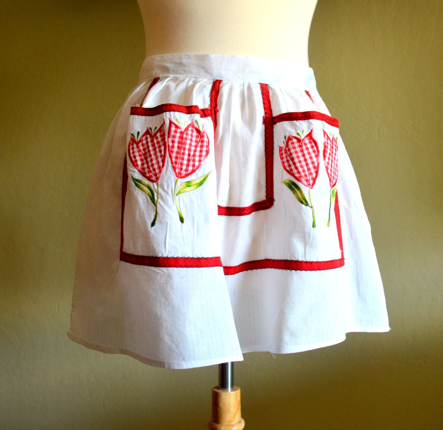 White half apron with pockets - Vintage Half Apron With Red Gingham Tulip Applique And Pockets Retro Kitchen White And Red