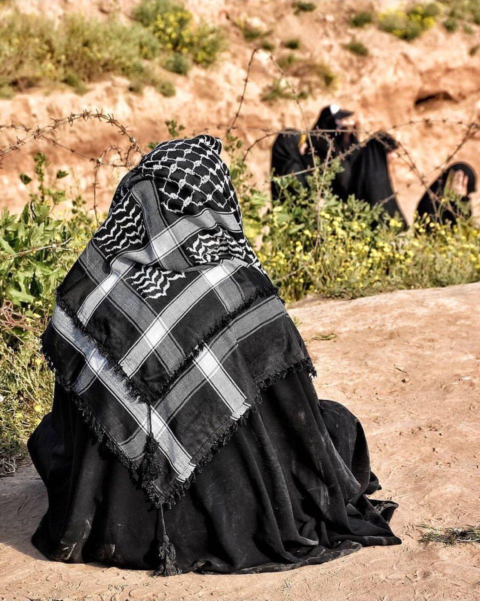 Pin By Alya Rusendil On الحجاب زينة المرأه Throw Blanket Bags Blanket