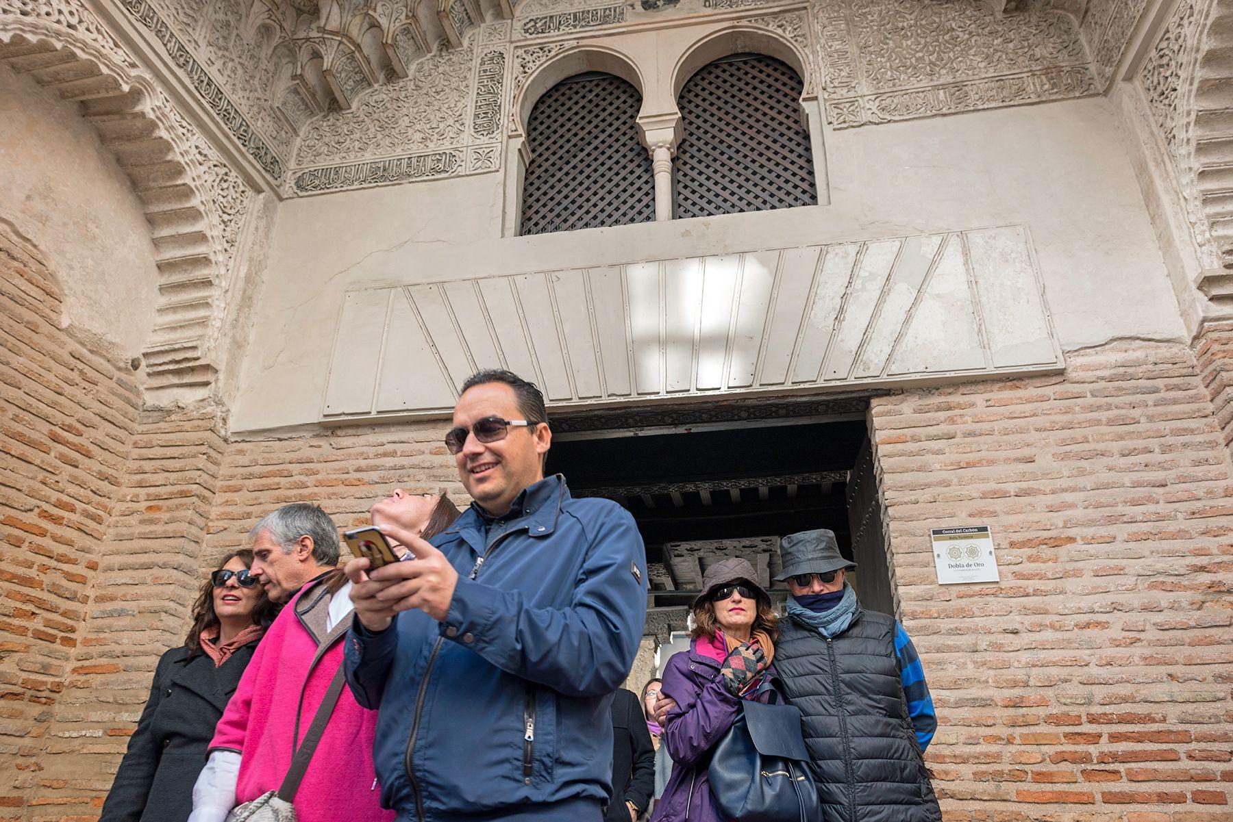 Turistas en el Corral del Carbón de Granada