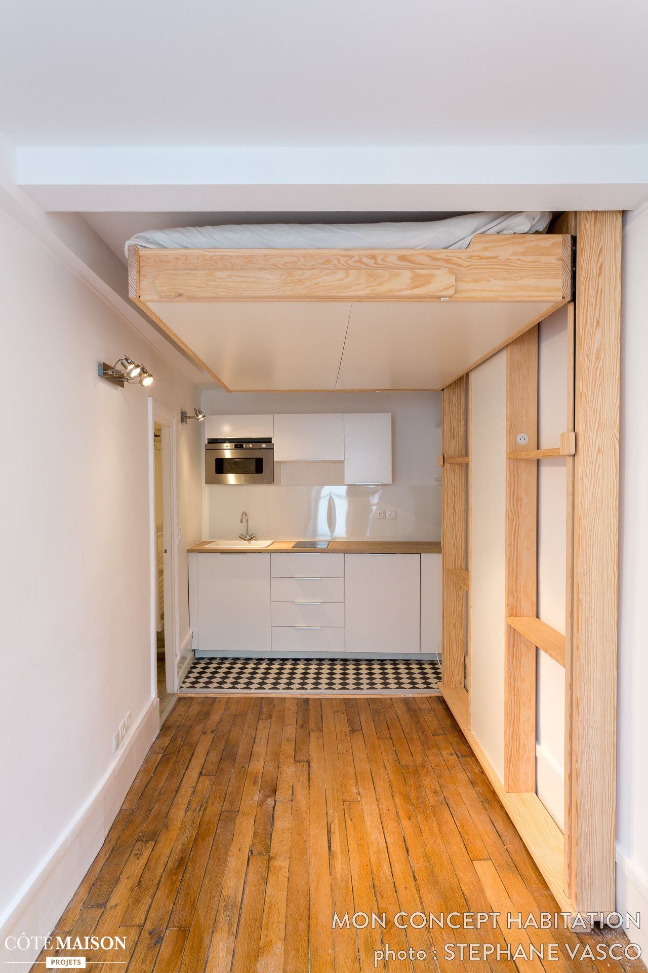 lit suspendu et mini cuisine dans un 14m2 studio petit. Black Bedroom Furniture Sets. Home Design Ideas