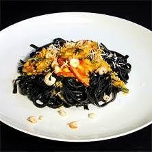 Svart pasta med saffrans- och skaldjurssås