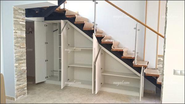 Armario abuhardillado bajo escalera aprovechamiento y organizacion de espacios - Armario hueco escalera ...