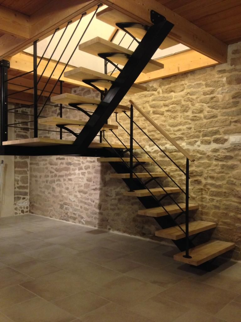 Escalier m tallique demi tournant sur limon central for Decoration contemporaine interieur