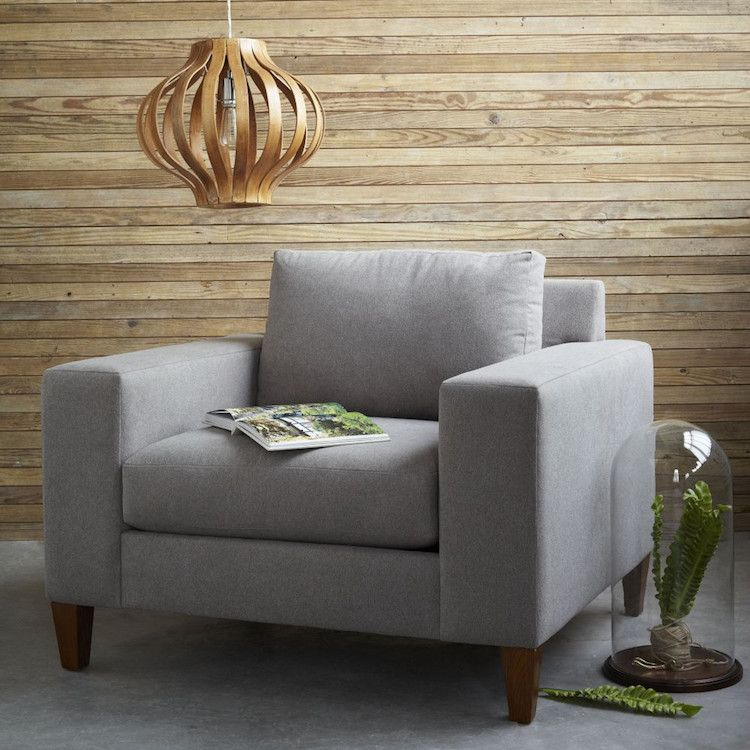 lambris mural bois brut clair pose horizontal et fauteuil gris perle lambris pinterest. Black Bedroom Furniture Sets. Home Design Ideas