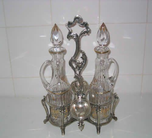 Galheteiro em prata portuguesa, D. José, com duas galhetas em vidro.