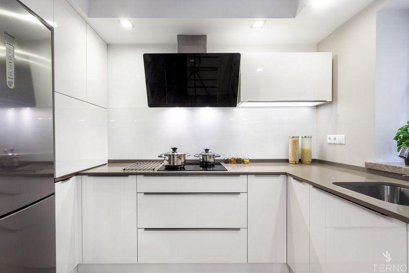 кухня с вытяжкой наклонной фото