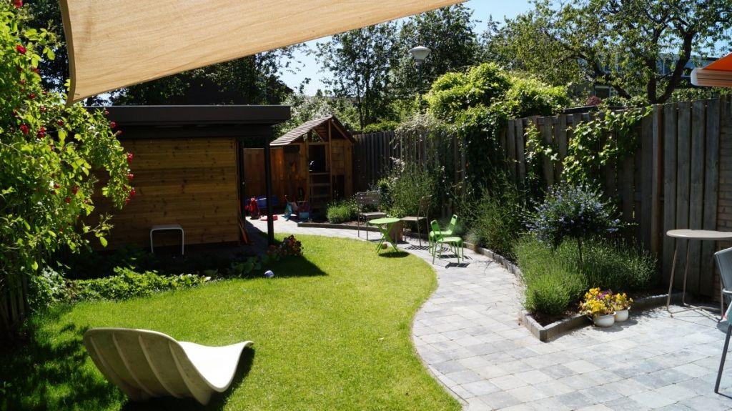 Tuinontwerp kindvriendelijke tuin schaduwdoek tuin for Kleine tuinontwerpen