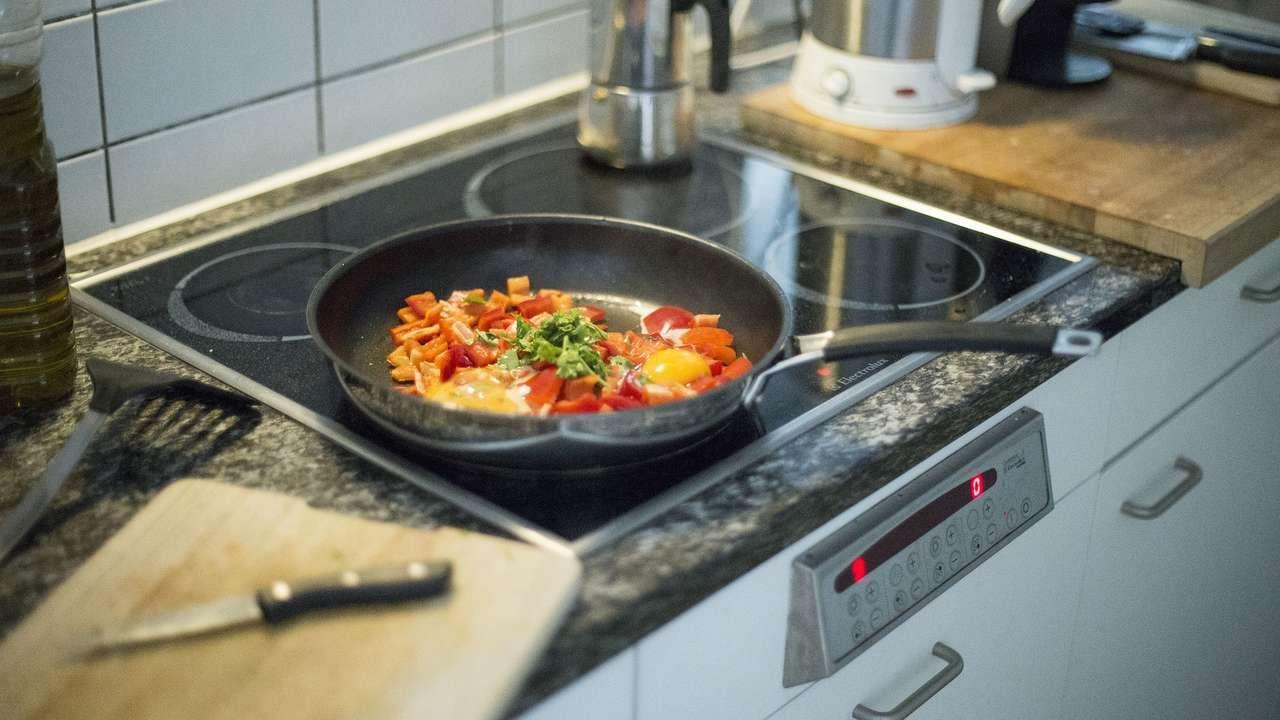 Eingebrannte Krusten Am Ceranfeld Lassen Sich Schlecht Vermeiden So Reinigen Sie Es Wieder In 2020 Lebensmittel Essen Essen Eat Better