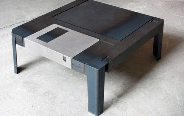 Floppy Table. I designer berlinesi Neulant van Exel hanno ideato il Floppy table, un tavolino da salotto realizzato in acciaio laminato a caldo e acciaio inossidabile. La superficie scorrevole di una parte di esso, come nell'originale, nasconde un piccolo spazio portaoggetti laddove c'era invece il disco interno. Del floppy disc di un tempo si conservano solo ispirazione, forme, dettagli costruttivi, non le dimensioni e i materiali. Via Design Buzz
